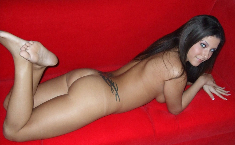 nude-amateur-pose-on-sofa-06